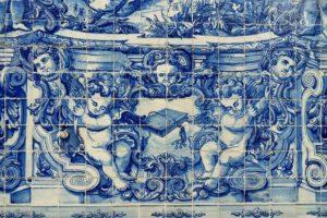 Les fameux azulejos présents à la gare de Porto
